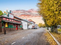 Золотое кольцо России. Плес. Kalashnaya shopping street in the autumn Plyos on the bank of the Volga. Фото yulenochekk - Depositphotos