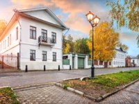 Золотое кольцо России. Плес. The house of the Moiseyevs on the Volga embankment in the autumn Plyos. Фото yulenochekk - Depositphotos