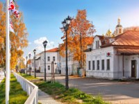 Золотое кольцо России. Плес. Resurrection church and old buildings on the embankment in the town of Ples on a sunny autumn day. Фото yulenochekk - Depositphotos