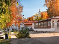 Золотое кольцо России. Плес. Resurrection Church in Plyos on a sunny autumn day. Фото yulenochekk - Depositphotos