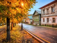 Плес. Old Russian houses with carved windows along Sovetskaya Street from stone and wood on the Volga embankment in the autumn Plyos. Фото yulenochekk-Dep