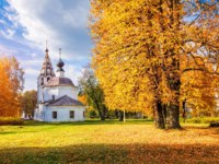 Золотое кольцо России. Плес. The Assumption Cathedral on the Sobornaya Mountain in Ples and the golden autumn. Фото yulenochekk - Depositphotos