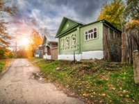 Золотое кольцо России. Плес. Russian wooden houses with carved platbands along Yurievskaya Street in the autumn Plyos. Фото yulenochekk - Depositphotos