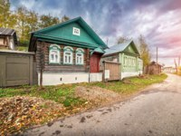Золотое кольцо России. Плес. House with a gallery in Plyos on Yurievskaya street in the autumn Plyos. Фото yulenochekk - Depositphotos