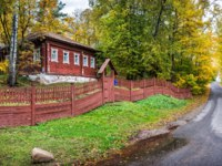 Золотое кольцо России. Плес. Wooden Russian house behind the fence along Yuryevskaya Street in the autumn Plyos. Фото yulenochekk - Depositphotos