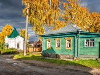 Золотое кольцо России. Плес. Guest house Dyadyushkin dream and Nikolskaya chapel on a bright sunny autumn day in Plyos. Фото yulenochekk - Depositphotos
