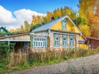 Золотое кольцо России. Плес. Wooden Russian house with lacy windows in the autumn Plyos. Фото yulenochekk - Depositphotos