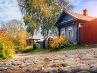 Золотое кольцо России. Плес. Wooden houses on the street with a stone pavement in the town of Ples on a clear autumn day. Фото yulenochekk - Depositphotos