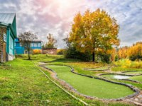 Золотое кольцо России. Плес. Golf club dachas and a playground for golf in Plyos on an autumn day. Фото yulenochekk - Depositphotos