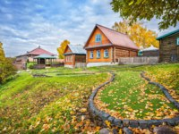 Золотое кольцо России. Плес. Golf club dachas and a golf course in autumn leaves in Plyos on an autumn day. Фото yulenochekk - Depositphotos