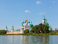 Россия. Ростов Великий. View of Spaso-Yakovlevsky Monastery in Rostov from Nero's lake. Фото Lenorlux - Depositphotos