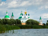 Россия. Ростов Великий. View on Spaso-Yakovlevsky monastery complex from lake Nero located in Rostov, Russia. Фото Jim_Filim - Depositphotos