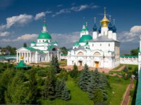 Ростов Великий. Dimitrievsky Cathedral and Zachatievsky Cathedral of the Spaso-Yakovlevsky Monastery in Rostov, Russia. Фото scaliger - Depositphotos
