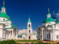 Ростов Великий. Dimitrievsky Cathedral, belfry and Church of St. Iakov of the Spaso-Yakovlevsky Monastery in Rostov the Great, Russia. Фото scaliger - Depositphotos