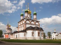 Trinity-Varnitsky monastery. Trinity Cathedral with bell tower (red) and St. Sergius of Radonezh Cathedral (white).Фото YuliaB - Depositphotos