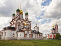 Newly built churches of ancient Trinity-Varnitsky Monastery. Trinity Cathedral with a bell tower (red) and St. Sergius of Radonezh Cathedral. Фото YuliaB - Depositphotos