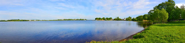 Россия. Ярославская область. Рыбинск.  Panoramic view of Rybinsk Reservoir in Kalyazin city, Russia. Фото CatTheSun - Depositphotos
