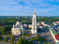 Россия. Ярославская область. Рыбинск. Transfiguration Cathedral on the background of the cityscape. Rybinsk, Russia. Фото sikaraha - Depositphotos