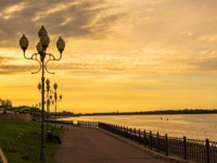 Россия. Ярославская область. Рыбинск. Embankment of Volga River in Rybinsk at sunset. Russia. Фото IrinaDance - Depositphotos