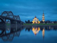 Россия. Ярославская область. Рыбинск. Spaso-Preobrazhenskiy cathedral and bridge over Volga river. Rybinsk, Russia. Фото bbsferrari - Depositphotos