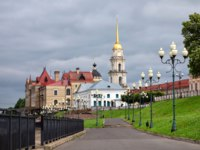 Россия. Ярославская область. Рыбинск. Rybinsk, Russia. Embanknkment of Volga river with view on historic buildings. Фото bbsferrari - Depositphotos