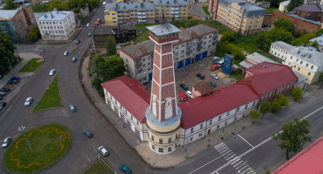 Россия. Ярославская область. Рыбинск. Пожарная каланча. Old fire tower in the cityscape (aerial photography). Rybinsk, Russia. Фото sikaraha - Depositphotos