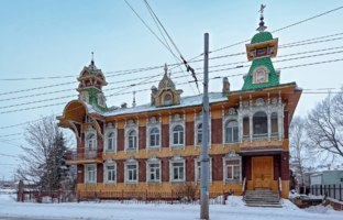 Россия. Рыбинск. View of the House of Artists at winter day. The sample of wooden architecture of the early twentieth century two-storey building. Фото Igor-SPb-Deposit