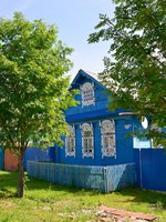 Россия. Ярославская область. Рыбинск. The blue wooden rural house with carved platbands. Rybinsk, Yaroslavl region. Russia. Фото vodolej - Depositphotos