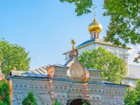 Сергиев Посад. The roof of the old book store and the golden onion dome of Refectory Church of St Sergius Trinity Lavra in Sergiyev Posad Фото efesenko-Deposit