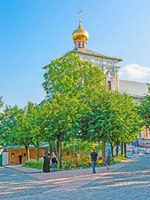 Сергиев Посад. The golden dome of Refectory Church of St Sergius Trinity Lavra rises over the lush greenery of local garden in Sergiyev Posad. Фото efesenko-Deposit