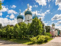 Сергиев Посад. Троице-Сергиева лавра. Cathedral of the Assumption with blue domes in the Lavra in Sergiev Posad. Фото yulenochekk - Depositphotos