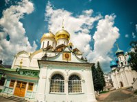 Троице-Сергиева лавра. Churches in monastery of Trinity Lavra of St. Sergius Trinity Cathedral in foreground and Assumption Cathedral. Sergiyev Posad, Russia. Фото scaliger - Depositphotos