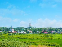 Суздаль. The scenic landscape of Suzdal - the Ilinskiy meadow with the onion dome of Epiphany Church, Russia. Фото efesenko - Depositphotos