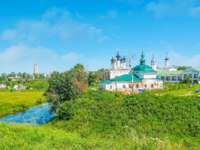 Суздаль. The bend of Kamenka river with churches of Entry into Jerusalem and St Paraskeva-Pyatnitsa, located in the center of Suzdal, Russia. Фото efesenko-Deposit