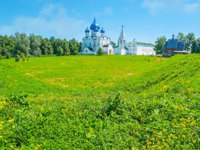 Золотое кольцо России. Суздаль. The green meadow is surrounded by old shafts of Suzdal Kremlin, Russia. Фото efesenko - Depositphotos