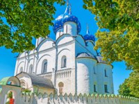 Золотое кольцо России. Суздаль. The great temple in Suzdal Kremlin - the Cathedral of Nativity, surrounded bu lush linden garden, Russia. Фото efesenko-Deposit