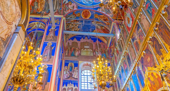 Суздаль. The bright colors of interior of Nativity Cathedral in Kremlin, all the icons are surrounded with golden patterns in Suzdal. Фото efesenko - Depositphotos