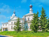 Суздаль. Кресто-Никольская церковь. The Cross church of St Nicholas behind the fir-trees in center of Suzdal, Russia. Фото efesenko - Depositphotos