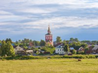Золотое кольцо России. Суздаль. Rural landscape, field, houses and Church, Suzdal, Golden Ring, Russia. Фото nymph2201@gmail.com - Depositphotos