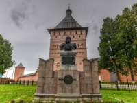 Спасо-Евфимиев монастырь Суздаля. Monument to Dmitry Pozharsky in Suzdal, Russia along the Golden Ring. Фото demerzel21 - Depositphotos