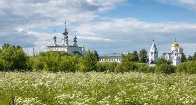 Панорама Покровского монастыря Суздаля. View of the Pokrovsky Monastery in Suzdal, which is part of the olden ring of Russia. Фото photoff - Depositphotos