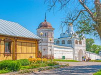 The walk along the streeet with a view on the fortress wall, tower, Main Gate and Annunciation Gate church of Intercession Monastery in Suzdal. Фото efesenko - Depositphotos