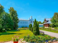 Суздаль. Покровский монастырь. The garden of Suzdal Intercession Monastery, the Annunciation Gate Church is seen on the background, Russia. Фото efesenko - Depositphotos