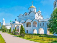 The complex of churches of Intercession Monastery - medieval cathedral on foreground and the path runs to the Refectory, Suzdal, Russia.  Фото efesenko - Depositphotos