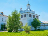 The Main Gateway of Intercession Monastery is topped with Annunciation church and surrounded by garden, Suzdal, Russia. Фото efesenko - Depositphotos