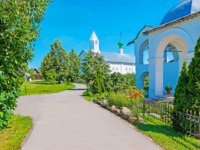 The way along the green garden of Suzdal Intercession Monastery with a view on the belfry of Refectory and Conseption church on the distance, Russia. Фото efesenko - Depositphotos