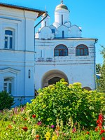 Суздаль. Покровский монастырь. The view through the greenery on the Annunciation gate church of Suzdal Intercession Monastery, Russia. Фото efesenko - Depositphotos
