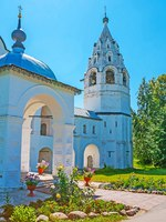 Суздаль. Покровский монастырь. The white medieval bell tower of cathedral in Suzdal Intercession Monastery, Russia. Фото efesenko - Depositphotos