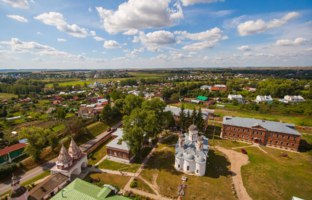 Суздаль. Ризоположенский женский монастырь. Unique view of the city of Suzdal from the most top point, the Rizopolozhensky cathedral. Фото andrei-anpo - Depositphotos