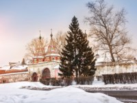 Суздаль. Ризоположенский монастырь. Holy Gates of Rizopolozhensky monastery in Suzdal one snowy winter. Фото yulenochekk - Depositphotos